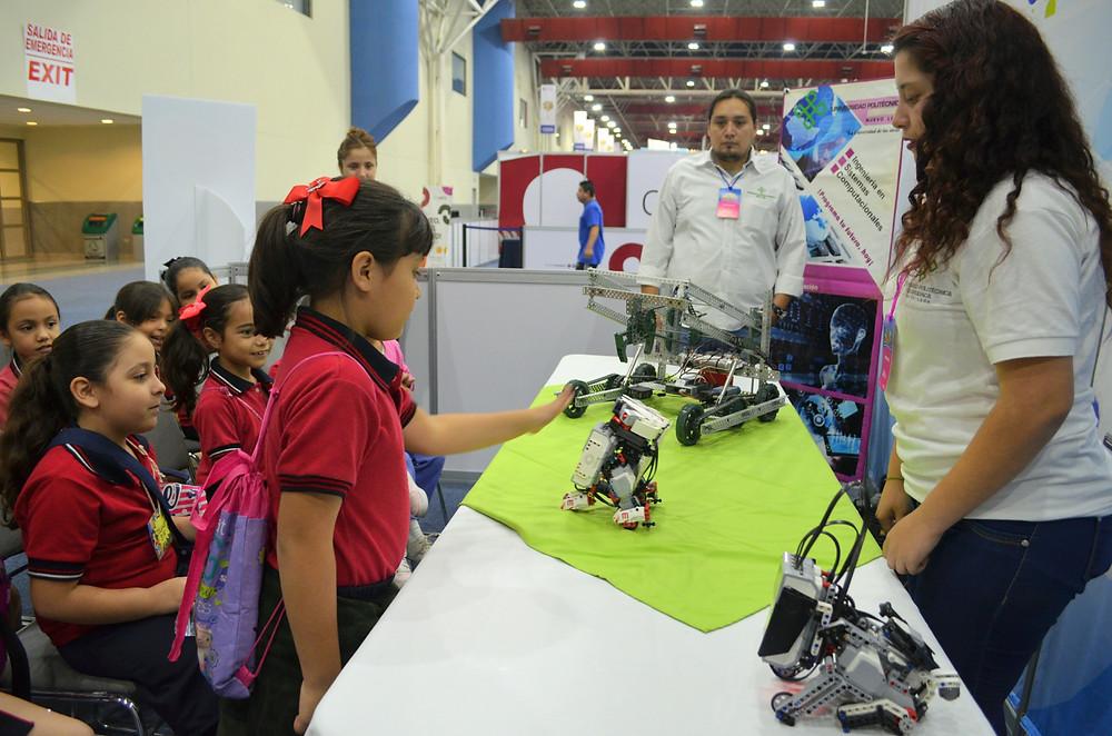 Alumnos pudieron interactuar en el área de robótica