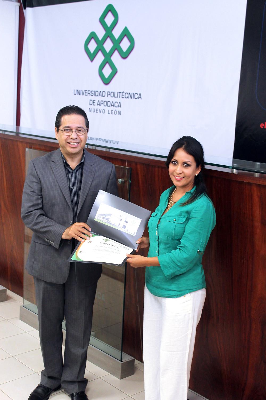 El rector de la Universidad Politécnica de Apodaca, Dr. Alan Castillo Rodríguez hizo entrega de un reconocimiento.