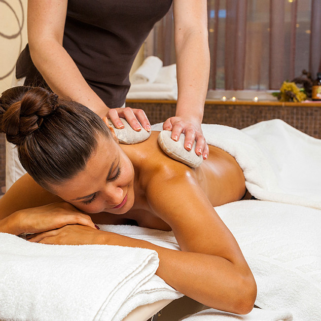 Massage-with-wine-oil-and-grape-seed-pad