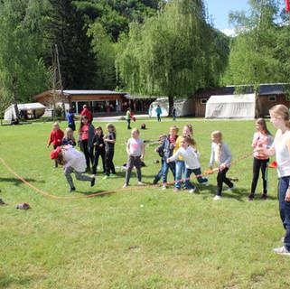 Kinder laufen durchs Seil.jpg