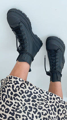 Boots - schwarz mit Schnürung