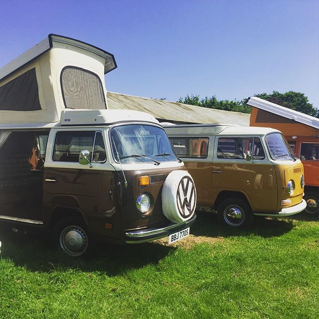 Roofs up, doors open, the sun is here!! #vwbus #vwt2 #vwcampervan #vwlove #vwcamper #vwbulli #vwbull