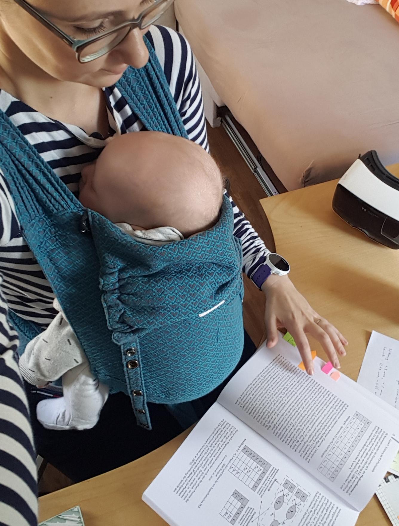 Studie schreiben mit Baby in der Trage