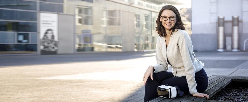 Carola Epple mit VR-Brille quer-quer kle
