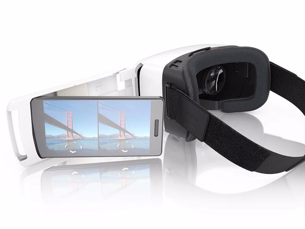 Mobile Virtual Reality-Anwendung: in VR-Brillen wie die Zeiss VR One Plus wird das Smartphone einfach wie in eine Schublade eingelegt.