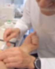 virtuelle Exposition in der Verhaltenstherapie: Spritze geben und Blut abnehmen
