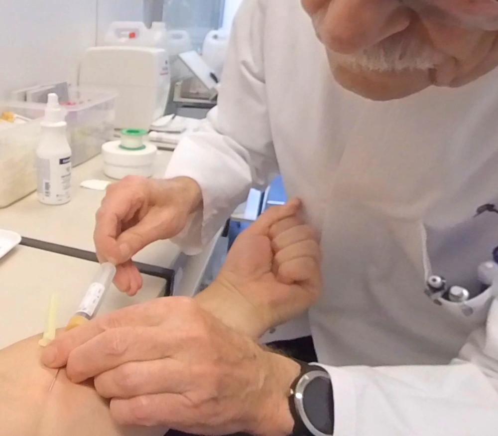 Blut abnehmen und Spritzen geben sind wichtige Themen für virtuelle Expositionen in unserer Mediathek