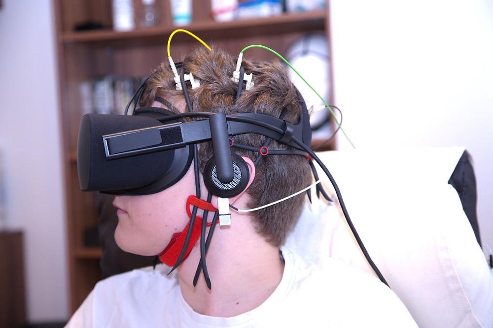 Neurofeedback-Messung mit VR-Brille und Elektroden zur Messung von Hirnströmen in der verhaltenstherapeutischen Praxis
