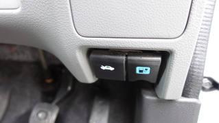 運転席の下側に充電ハッチの開閉レバー(青色)があります