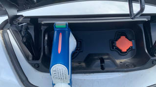 Quick充電コネクターを車両に差し込みます
