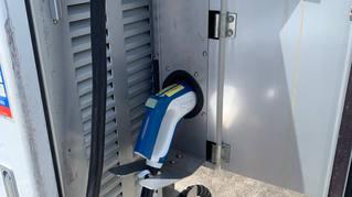 充電が完了したら、Quick充電コネクターを元に戻します