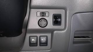 運転席の下にAC電源1500wのスイッチがあります