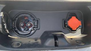 前方のハッチを開けると充電コネクター差込口が2つあります。大きい方(黒)が急速充電(Quick)です