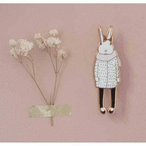 Broche pin's lapin en manteau blanc