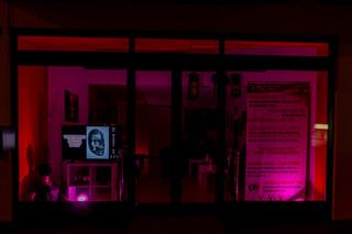 Shop aussen bei Nacht