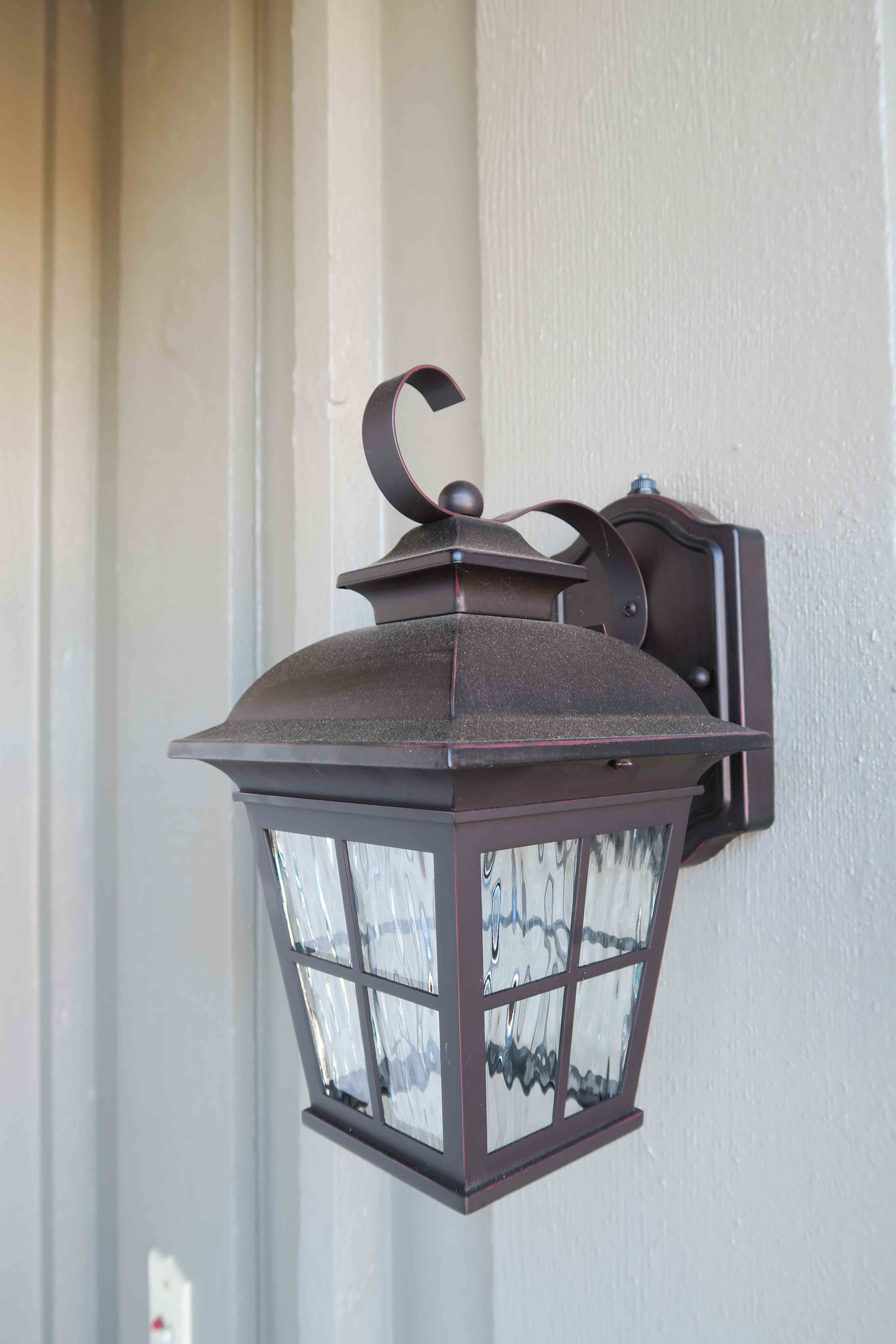 1841 Adelaide Ct, Oxnard CA 93035 Entry Light