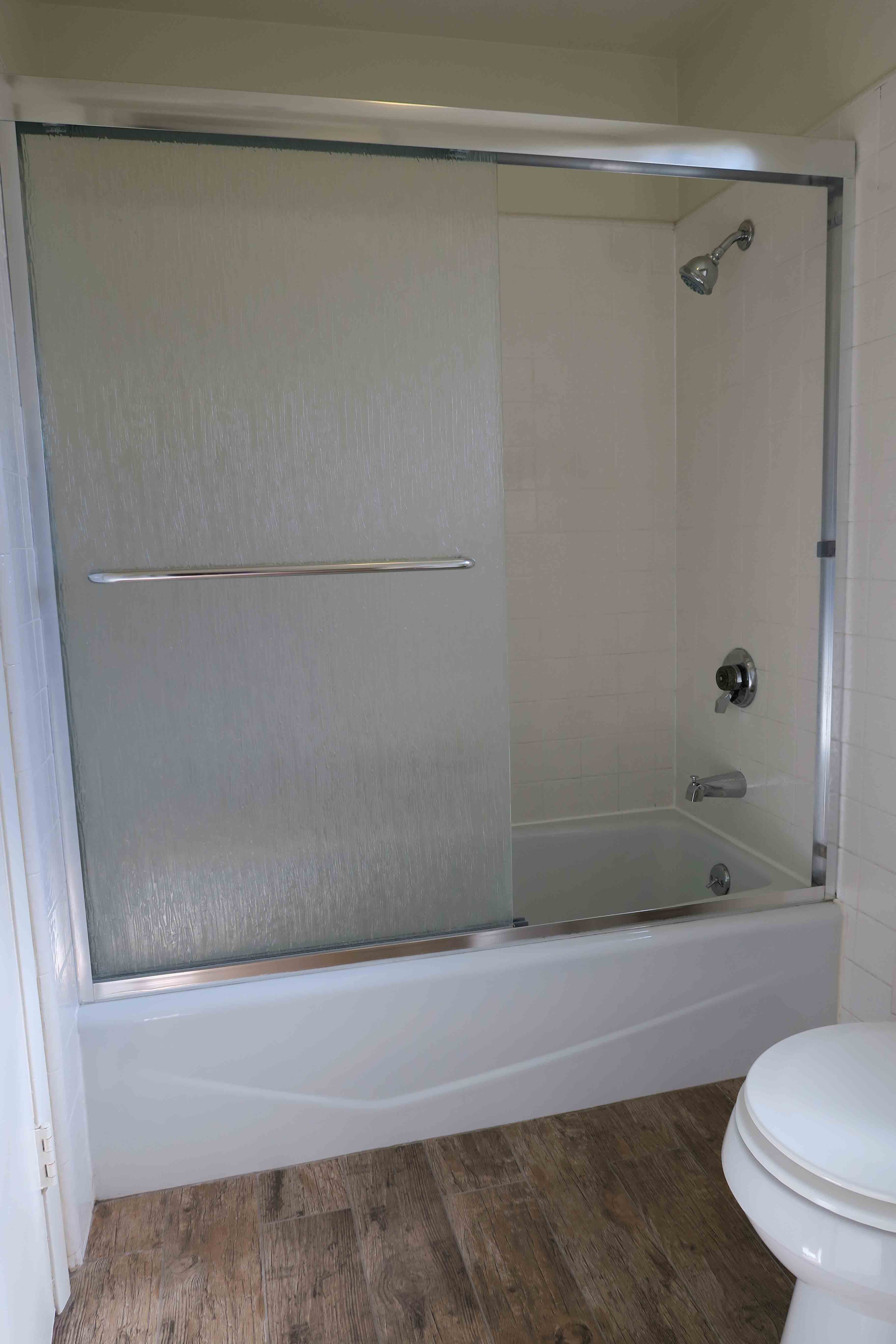 1841 Adelaide Ct, Oxnard CA 93035 Upstairs Bath