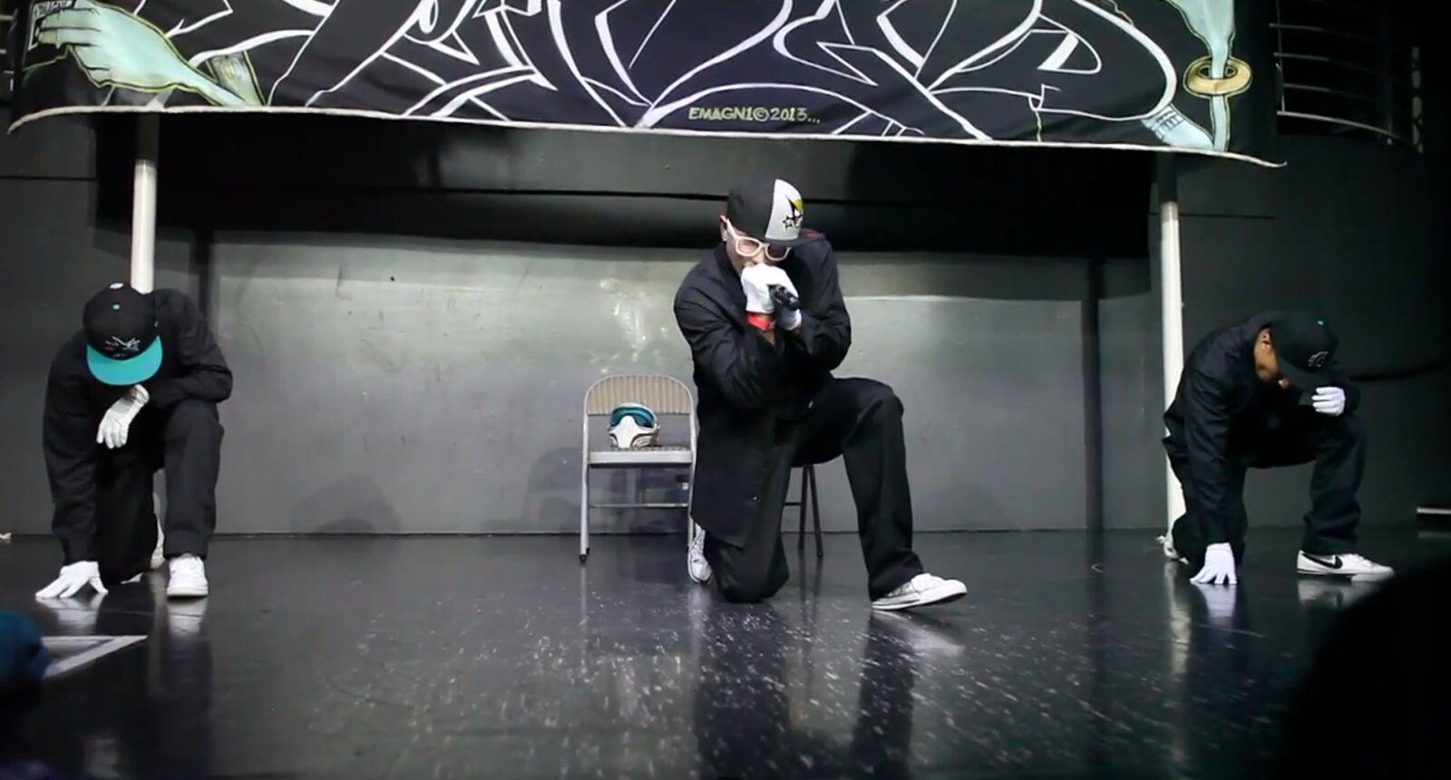 Aki Starr performing at City Nights