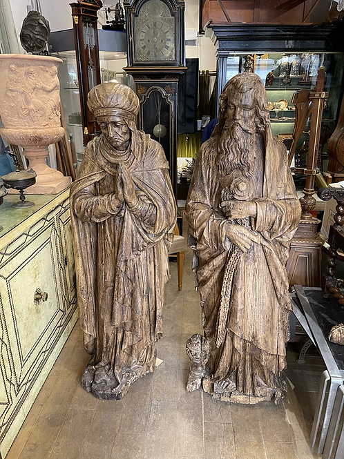 Two large statues in pine wood representing Melchisedech and a saint woman .