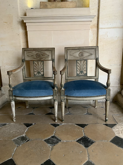 A paire of Directoire chairs in painted wood .