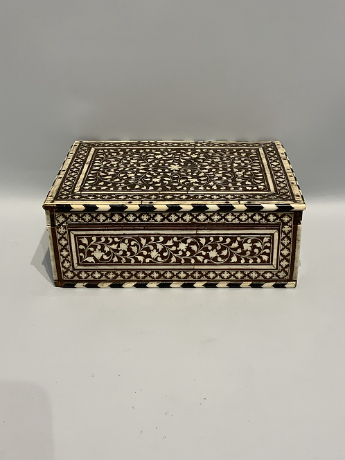 A good XVIII / XIX century inlaid Indian box in wood , ebony and ivory .
