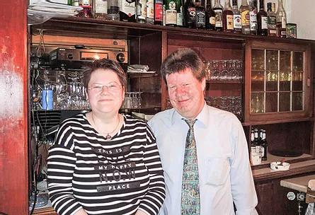 """VISBEK macht Gastwirtschaft seit 25 Jahren - Café Bremer Tor   Die älteste Gaststätte in Visbek führt Elisabeth Gelhaus. Am 3. Januar feierte sie das 25-jährige Jubiläum vom """"Bremer Tor"""". In dem historischen Gebäude, das 1884 gebaut wurde, bewirtet die leidenschaftliche Köchin seit einem Vierteljahrhundert ihre Gäste. Zu ihren Kunden zählen unter anderem mehrere Stammtische, Gruppen und Vereine, die das Gasthaus """"Bremer Tor"""" als Treffpunkt nutzen. Herzlichen Glückwunsch und weiterhin alles Gute!"""