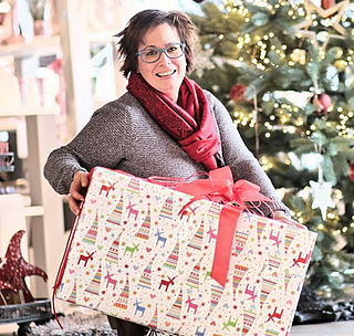 """Visbek macht weihnachtliche Dekoration - Möbel Debbeler GmbH  Kristin Hanschke ist schon seit über fünf Jahren als Dekorateurin tätig - Oder wie Georg Debbeler sie nennt """"unsere Dekofee""""👍😇 Die Dekofee liebt ihren Job in Debbelers Boutique :"""" Man ist oft auf Messen unterwegs, um auf dem neustem Stand zu sein. Viele Kunden kommen ohne Vorstellungen zu uns und ich kann ihnen dabei helfen, neue Wohnräume zu gestalten.""""  Kristin freut sich speziell auf die Weihnachtszeit - Besonders das Tannenbaumschmücken🎁🎄 --By the way-- Möbel Debbeler hat GRATIS* Tannenbäume🎄 von Blumen Ostmann GmbH für euch 👍👍👍 *Gültig ab einen VK Wert von 299,00 €. Erhältlich bis 23.12.17."""
