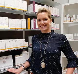 """Visbek macht gesunde Haut - Markt Apotheke  Mit der Pflege anspruchsvoller Haut kennt sich Anika Hinrichsmeyer bestens aus. Als gelernte Kosmetikerin und PTA kann sie ihren Kunden bei Hautproblemen helfen. Ein kompetenter Partner an ihrer Seite ist ab sofort die Naturkosmetik von Dr. Hauschka. """"Wir haben die Pflegeserie jetzt ganz neu in unser Sortiment aufgenommen, um die Bedürfnisse unserer Kunden rundum zu erfüllen"""", freut sich die 32-Jährige. """"Die Kosmetik von Dr. Hauschka nimmt der Haut ihre Aufgaben nicht ab, sondern hilft ihr mit stärkenden Impulsen zurück ins Gleichgewicht"""", erklärt sie und fügt hinzu: """"Dafür stellen wir individuelle Pflegepläne zusammen, die wir auf das spezielle Hautbild unserer Kunden abstimmen.""""    Sie sind für diejenigen, die eine Venenschwäche haben, oder dieser vorbeugen wollen, wie zum Beispiel Schwangere, Sportler oder Berufstätige die viel sitzen oder stehen müssen.   Die Markt Apotheke zeigt wie es geht: Schnelles und einfaches An- und Ausziehen! Und das Beste ist, dass es die Stützstrümpfe von BELSANA in vielen verschiedenen Farben gibt. Da sehen die Strümpfe auch unter Röcken schick aus!"""