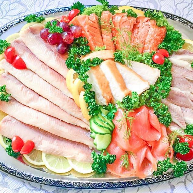 visbekmacht #visbekmacht leckere Fischplatten - @fischholzenkamp 🍴🐟🍇🥗 Jetzt noch bis zum 19.12.2020 individuelle Fischplatten für die Weihnachtstage bestellen🎅🎄🎁 Die leckeren Fischplatten von @fischholzenkamp werden für euch so zusammengestellt, wie ihr es wünscht... Mit Räucherfisch wie Forelle, Lachs, Aal, Stremellachs, Butterfisch, Nordseekrabben, und, und, und! Dazu die passenden Salate und Dips - LECKER!😎👏 Das perfekte Festessen zu Weihnachten🎄🍾🍽 Einfach telefonisch bestellen unter 📞04445/7570 #visbek #fischplatten #lecker #fischzucht #holzenkamp #fisch #siedenbögen #fischplatte #räucherlachs #lachs #forelle #krabben #festessen #weihnachtsessen