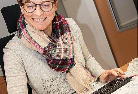 """VISBEK macht glückliche Mitarbeiter und neue Bäder 🛁🚽🚰🚿 - Heribert Witte Visbek  Rechnungen vorbereiten, den Kundendienst koordinieren und Störungen an die Monteure weiterleiten sowie Bestellungen aufgeben, gehören unter anderem zu den Aufgaben von Anja Marischen. Seit mehr als zwei Jahren arbeitet die 52-jährige für HWV Visbek und unterstützt dabei vor allem ihren Chef Heribert. """"Ich arbeite ihm zu und erledige alles, was hier im Büro anfällt"""", beschreibt die Bürokauffrau ihren Arbeitsalltag.  Besonders schätzt sie das gute Arbeitsklima im Betrieb: """"Die vielfältigen Aufgaben und das tolle Team machen mir viel Spaß."""" Umgeben von den neuesten Badezimmer-Trends, bekam Anja im letzten Jahr so viele Ideen, die sie direkt in ihrem eigenen Bad zu Hause umsetzen ließ. """"Bei uns zu Hause musste unbedingt ein neues Bad her und unsere neue Regendusche ist ein absoluter Traum"""", schwärmt die Hogenbögenerin, die gerne mit dem Rad zur Arbeit fährt – bei Wind und Wetter."""