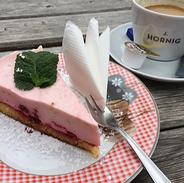 #visbekmacht Tortenstücke-Abholservice beim Café Bremer Tor🍰😎💪🏻    Wenn ihr euch diese außergewöhnliche Zeit mit hausgebackenen Kuchen vom Café Bremer Tor versüßen wollt, dann habt ihr am kommenden Woche die Gelegenheit dazu! Bestellt euch bis zum 30.4. eure Lieblingstorten und -kuchen und genießt diese dann vom 1. bis 3. Mai. Inhaberin Elisabeth Gelhaus nimmt eure Bestellungen gerne telefonisch entgegen: 04445/2433 (10 bis 13 Uhr). Möchtet ihr einzelne Stücke oder eine ganze Torte? Alles ist möglich! Folgende Torten und Kuchen könnt ihr beim Café Bremer Tor bestellen: Stachelbeer-Baiser-Torte Himbeer-Schmandtorte Eierlikör-Torte mit Nussboden, Sauerkirschen und Sahne Apfelkuchen mit Streusel 1 Stück Torte: 3 Euro 1 Stück Apfelkuchen: 2,50 Euro 1 Portion Sahne: 0,50 Euro Abholen könnt ihr eure Bestellungen am jeweiligen Tag von 12 bis 15 Uhr. NUR Barzahlung möglich. Jetzt anrufen und versüßt euch das erste Mai-Wochenende mit leckerem Kuchen.🍰👏👏