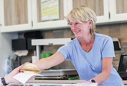 """VISBEK macht frische Fischbrötchen - Fisch Inhester🐟⚓️😍 """"Moin, ich hätt gern ein Backfisch mit Remoulade""""😎👌  Heute und morgen findet in Visbek der Herbstmarkt statt🍁🍂🍄🎠🍻🎁🛍  Manni und Silvia Inhester bieten auf dem Herbstmarkt frische Fischbrötchen, leckeren Frischfisch, Backfisch, Fish and Chips, und...und...und!😍🐟🍤🙌🏻  Fischfans finden bei """"Inhester's Fischspezialitäten"""" das Richtige für ihren Geschmack - Daumen hoch😃👍"""