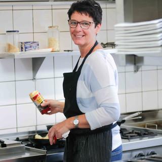#visbekmacht Stellenanzeige - @fischholzenkamp 🐟🍴  TEILEN, WEITERSAGEN ODER FREUNDE MARKIEREN😃👍 @fischholzenkamp ist auf der Suche nach einer netten & fleißigen Küchenhilfe, Teilzeitstelle👍👍 Tätigkeiten: ➡️Anfallende Arbeiten in der Küche ➡️Vorbereitungen für das a la carte-Geschäft ➡️Fertigstellen von geräucherten Fischplatten ➡️ #lecker ➡️Verkauf der hauseigenen Spezialitäten im Hofladen ➡️und, und, und! Vorkenntnisse in der Gastronomie wären super, sind aber nicht zwingend erforderlich. Auch Quereinsteiger sind willkommen!😃👍 Meldet euch gerne via Insta bei @fischholzenkamp oder telefonisch unter 04445-7570. #visbek #fischzucht #holzenkamp #stellenanzeige #jobs #küchenhilfe #restaurant #gastronomie
