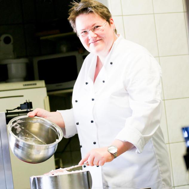 visbekmacht #visbekmacht leckere Torten und Grünkohl - Café Bremer Tor🍰🍴 Elisabeth zaubert euch leckere Torten!🍰😍 Wenn ihr euch die außergewöhnliche Zeit mit hausgemachten Torten vom Café Bremer Tor versüßen wollt, dann habt ihr am 23.01, 24.01 & 06.02, 07.02 jeweils von 14:00 - 16:00 Uhr die Gelegenheit dazu!👏👏 Folgende Torten und Kuchen könnt ihr beim Café Bremer Tor bestellen: 🍰Schwarzwälder Kirschtorte 🍰Stachelbeer-Baiser-Torte 🍰Himbeer-Schmandtorte 🍰Cappuccino-Torte 🍰Käsesahnetorte mit saftigen Mandarinen 🍰Eierlikör-Torte mit Nussboden, Sauerkirschen und Sahne 🍰Apfelkuchen mit Streusel 1 Stück Torte: 3,30€ Bestellt euch jeweils BIS ZUM 22.01 & 05.02 eure Lieblingstorten und Kuchen und zahlt nur 3,00€ pro Stück - 04445/470 (telefonisch in der Zeit von 11:00 - 14:00) NUR Barzahlung möglich! Jetzt anrufen und versüßt euch die Tage mit leckeren Torten🍰😍 DENKT DRAN Am 30.01, 31.01 & 13.02, 14.02 gibt's leckeren Grünkohl mit Kohlwurst, Mettwurst, Speck, Kasseler mit Bratkartoffeln oder Salzkartoffeln außer Haus!😍👏 Nur nach vorheriger Anmeldung bis jeweils 29.01 & 12.02… #visbek #bremertor #kuchen #lecker #grünkohl #supportyourlocal #tortenliebe❤️