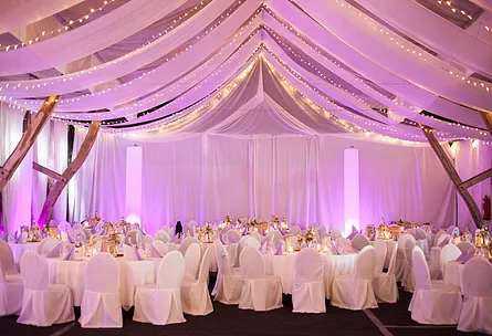 VISBEK macht Hochtied mit Getränke Artmann  Rund um das Thema Hochzeit dreht sich die Ausstellung am Sonntag, den 28. Oktober in Wildeshausen. In der Widukindhalle präsentieren dazu zahlreiche Unternehmen ihre Angebote.   Getränke Artmann ist ebenfalls vor Ort und zeigt, was zur perfekten Hochzeitsparty dazu gehört. Das richtige Ambiente im Zelt, perfekte Beleuchtung, Deko und natürlich die Getränke – als Allrounder bietet Getränke Artmann aus Visbek seinen Hochzeitspaaren und ihren Gästen die perfekte Partykulisse.   Kommt vorbei von 10 bis 18 Uhr und überzeugt euch selbst! Getränke Artmann freut sich auf euer Kommen – traut euch!