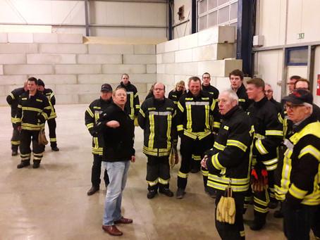 Feuerwehr besichtigt FELTA Tankstelle und Pelletslager