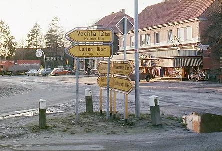Visbek macht Geschichte – Bettenprofi Brümleve feiert nächstes Jahr 90-jährgies Jubiläum!   Auf der rechten Seite das Geschäftshaus von Bettenprofi Brümleve um 1960.