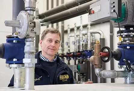 """VISBEK macht Heizung und Sanitär - HWV Heribert Witte Visbek  Mit seinem Team erfüllt Heribert Witte die Bedürfnisse seiner Kunden. """"Wir machen alles für alle - von modernen Industrie- und Landwirtschaftsbetrieben bis zu Privathaushalten, die auf erneuerbare Energien setzen"""", erklärt der Heizungs- und Sanitärbaumeister.  Auch herkömmliche Gaskessel oder moderne Blockheizkraftwerke und Wärmepumpen zählen zu den Anlagen, die der Fachmann und sein Team installieren.  Seit 2003 hat der Betrieb HWV seinen Betrieb in Norddöllen und umfasst dort Lager, Werkstatt, Büro und Ausstellungsräume.  Ob Altbau-Renovierung oder Neubau, das Team von HWV erfüllt die Wünsche ihrer umwelt-, gesundheits- und qualitätsbewussten Kunden jederzeit kundenorientiert und termingerecht."""