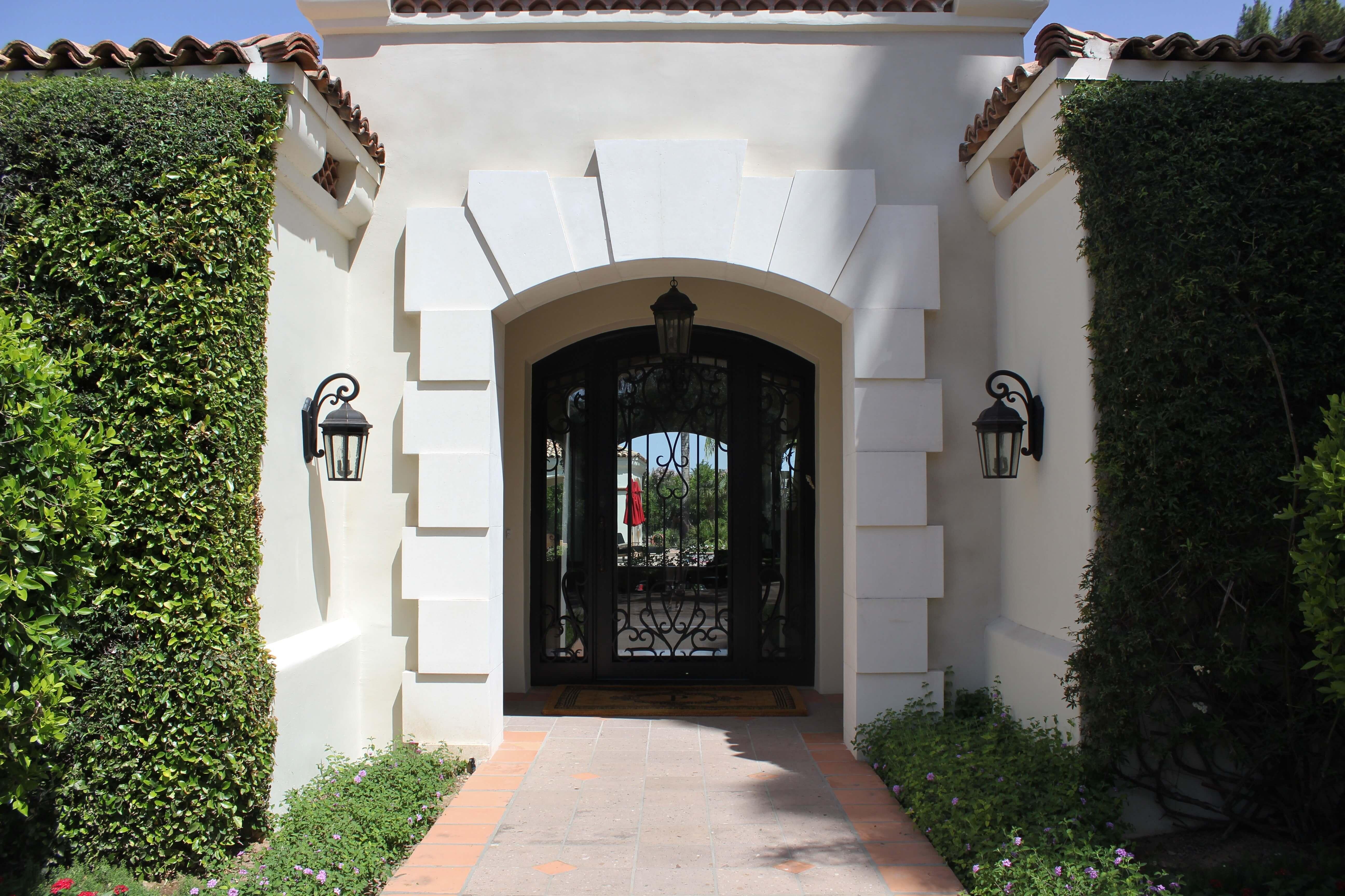 2-Contemporary-Entryway-Door-Surround-in-Bianca-Cream-Limestone