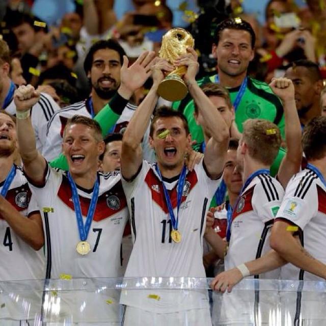 O artilheiro Klose levantando a taça com a seleção alemã em 2014