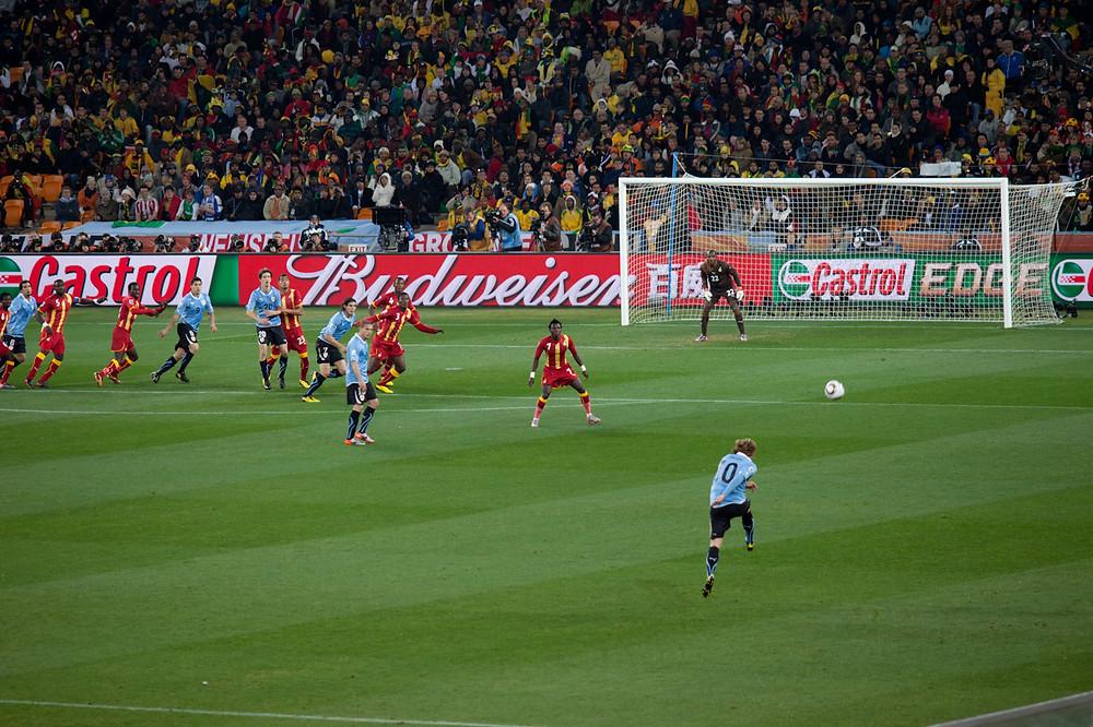 Diego Forlán bate falta em duelo contra Gana em 2010