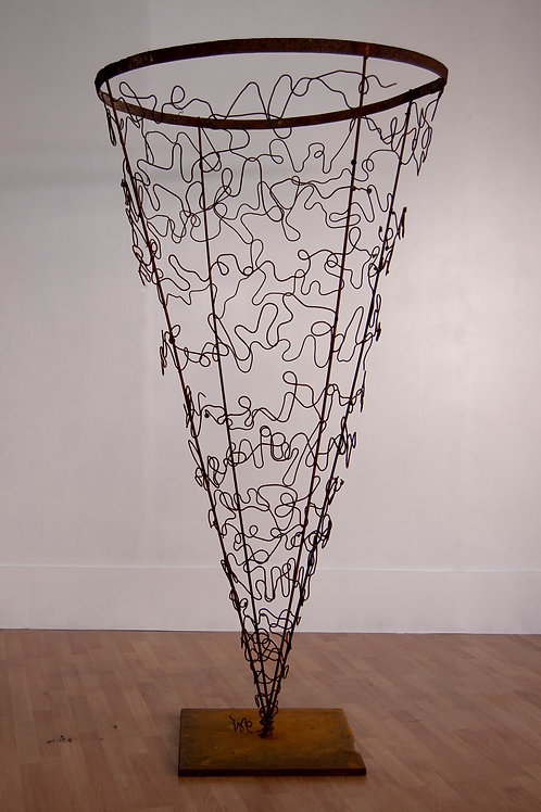 Escultura Cono. Pieza única de metales de la serie Paisajes.