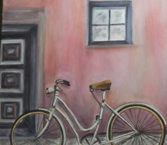 Bicileta sobre fondo rosa