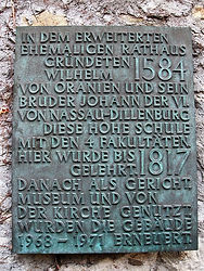 Herborn: Plaque commemorant la creation d'un institut universtaire à Herborn