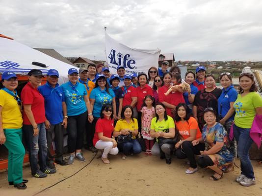 Distribuidores construyen un hogar para una familia de Mongolia