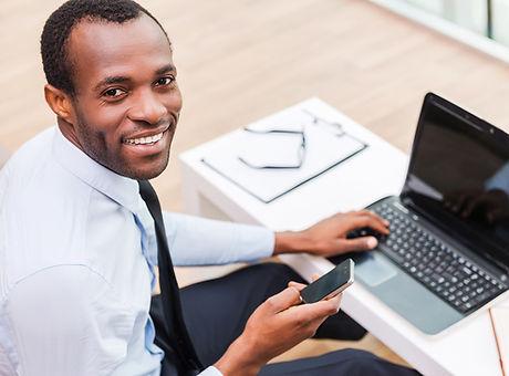 Улыбающийся Человек на ноутбуке