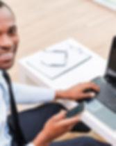 Lächelnder Mann auf Laptop