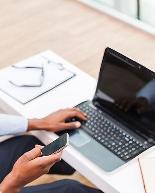 Leende man på bärbar dator