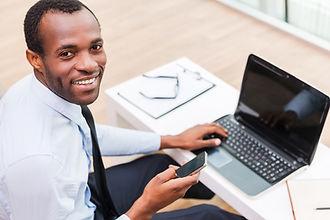 Glimlachende Mens op Laptop