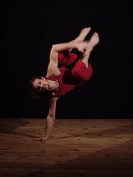 Modern Dance Kurs in Rapperswil mit Valentin Rüdisüli | Dieser Tanzstil lebt von fliessenden Bewegungen, einer bewussten Atmung und einem guten Gespür zur eigenen Mitte.  Schwingen, Rollen, Drehen, gepaart mit vielfältiger Musik verleihen dem Modern seine unverkennbare Art. Montags 18.45 - 20.15 Uhr
